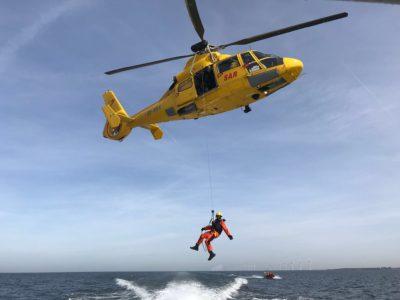 Ambulancepersoneel verzorgt medische inzet reddingsvluchten kustwachthelikopter